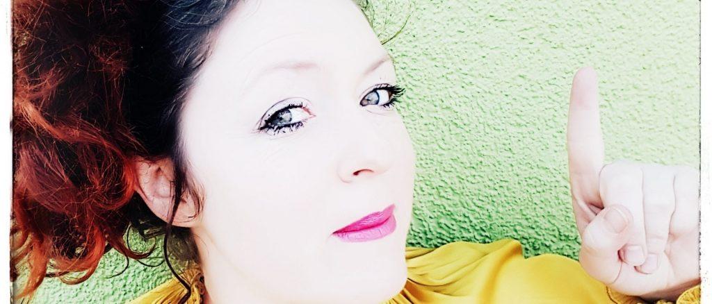 Julia Herz-El Hanbli schaut auffordernd in die Kamera