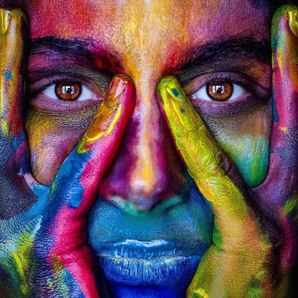 Gesicht mit bunten Farben bemalt