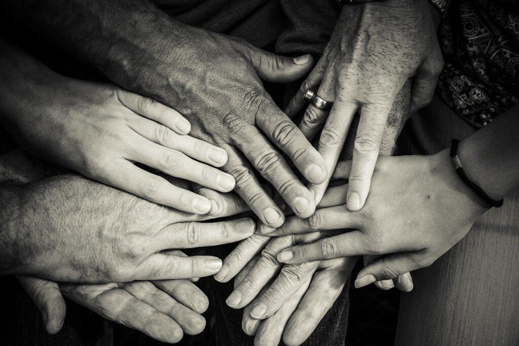 Viele Hände. Jung und Alt