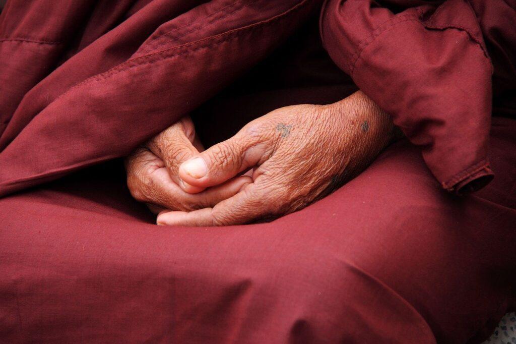 Mönch. Buddha. Gefaltete Hände